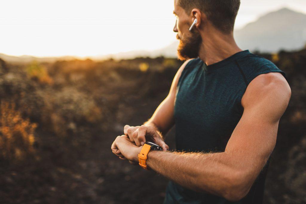 Läufer misst Laufstrecke mit Fitnessuhr